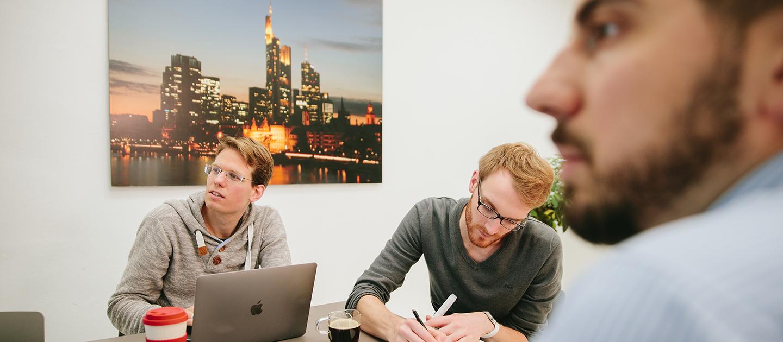 Teamarbeit Wir leben Scrum. Bei uns wirst Du Teil eines festen Scrum-Teams. In diesem kannst du Dich weiterentwickeln und Ideen umsetzen. So können wir gemeinsam Großes schaffen.