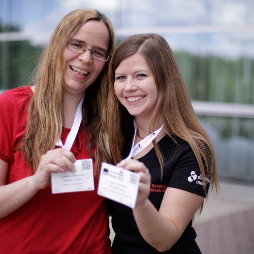 Christiane Helmchen und Bianca Niestroj zeigen ihre Speaker Badges
