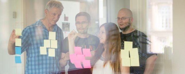 Gruppe von Personen im kreativen Prozess