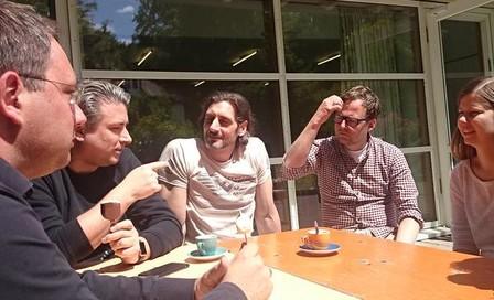 Die Mitarbeiter bei einer gemeinsamen Kaffeepause