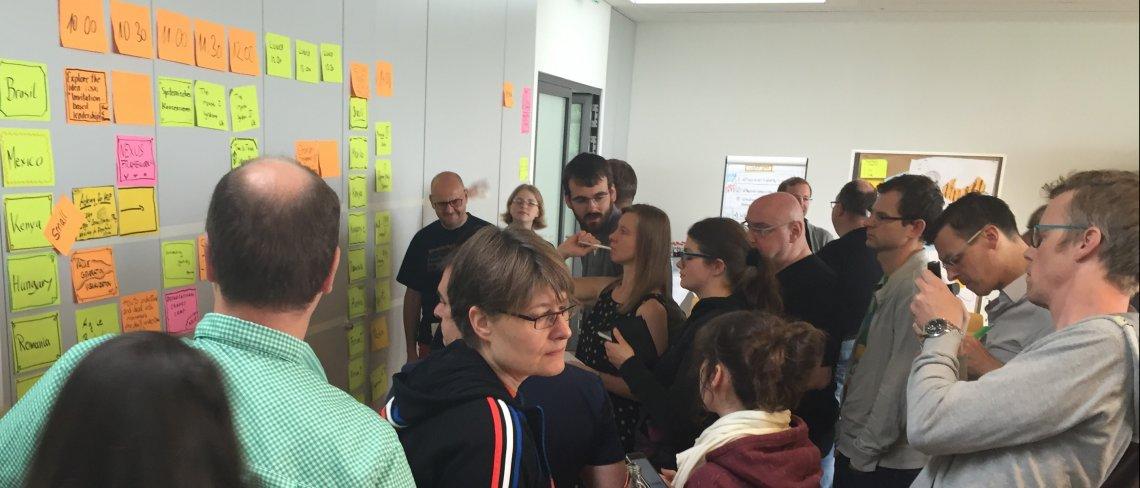 Die Themenauswahl beim Agile Couch Camp ist groß und vielfältig - Die Teilmehmer betrachten die Themen