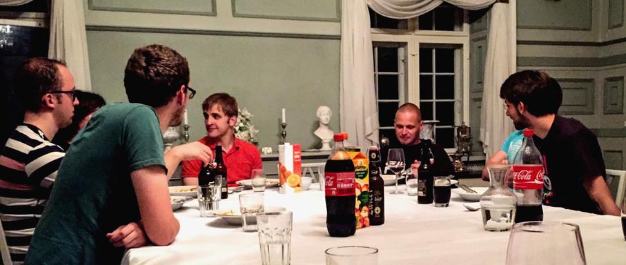Abendessen beim Neos Code Sprint 2014 - die Personen sitzen an einem Tisch