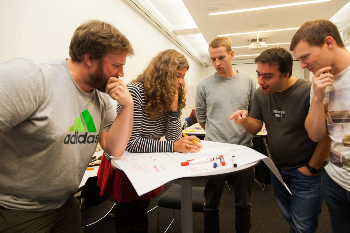 Fünf Personen bei gemeinsamer Planung