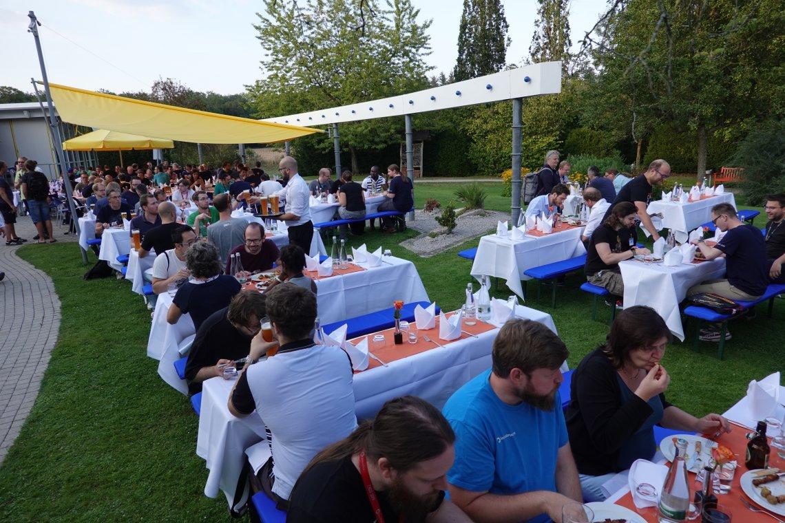 Social Event im Garten des Akademie Hotels