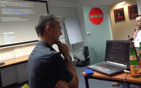 Speaker bei Atlassian User Group schaut auf seinen Computer